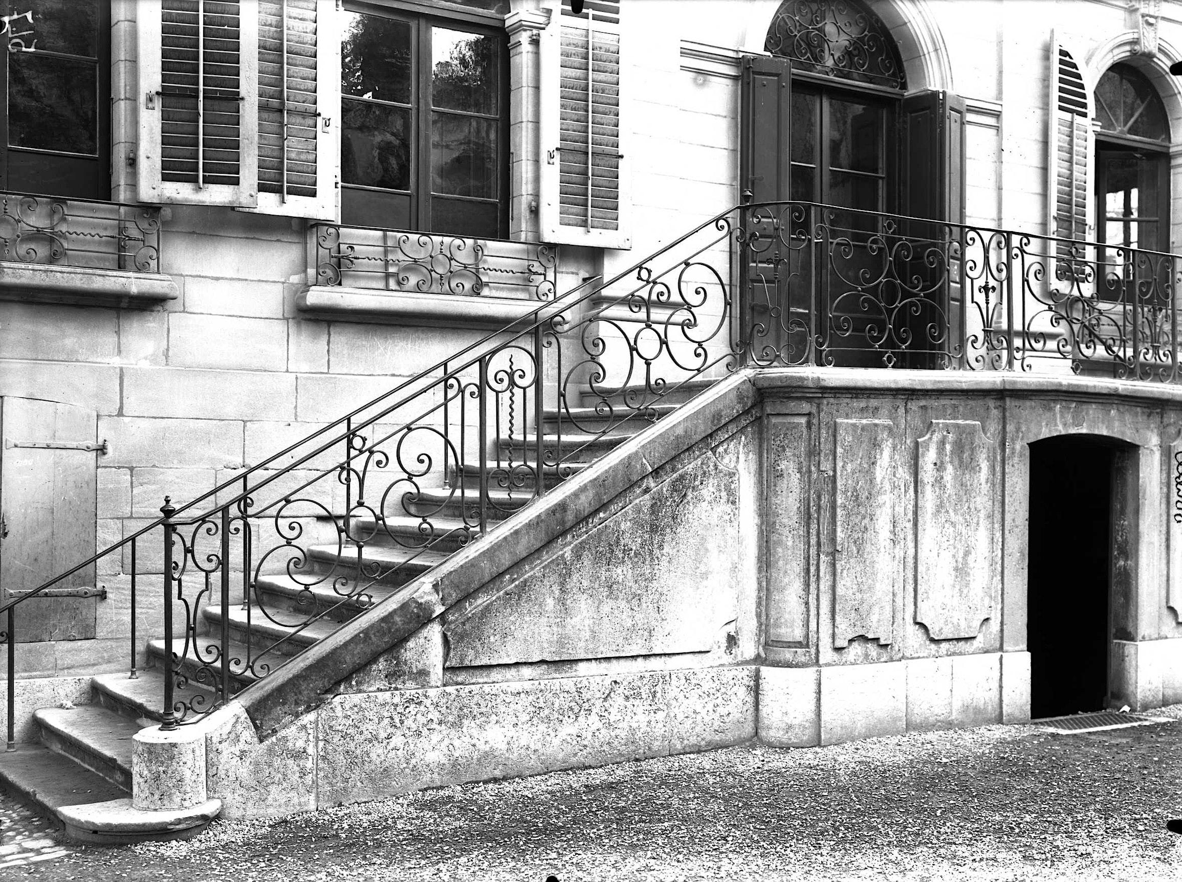 Escalier Dans Maison Ancienne genève, rue des eaux-vives: ancienne maison senn (escalier